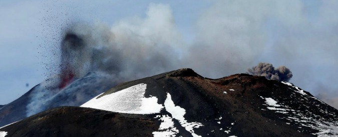 Etna, esplosione di un cratere durante l'eruzione: ferite dieci persone