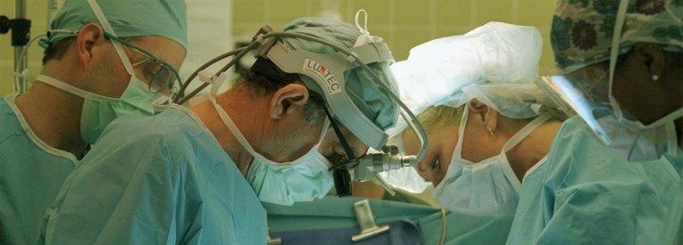 Camici sporchi e medici spezza ossa, attenzione a sbattere il dottore-mostro in prima pagina