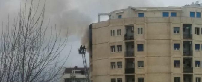 Montesilvano, incendio in appartamento: uomo si aggrappa alla ringhiera del balcone, ma precipita e muore