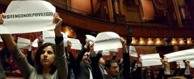 """Vitalizi, 42 deputati M5s sospesi per proteste: """"Attentato a istituzioni"""". Di Battista: """"Espulso da chi salvò Minzolini"""""""