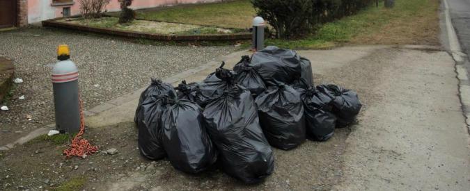 Cinisi, abbandona rifiuti per strada e il sindaco gli riporta a casa il sacchetto