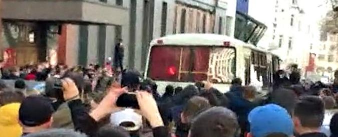 """Russia, la polizia ferma il leader dell'opposizione Navalny. La folla circonda il pulmino: """"Liberatelo"""""""