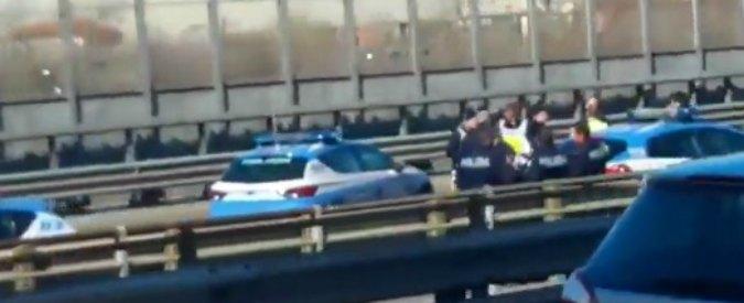 Milano, ladro fugge contromano in tangenziale e si schianta contro polizia e carabinieri (video)