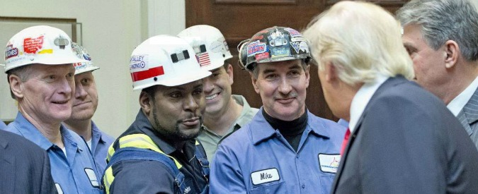 """Trump riporta gli Stati Uniti al carbone. Firma decreto anti-politiche ambientali e annuncia: """"Minatori di nuovo al lavoro"""""""