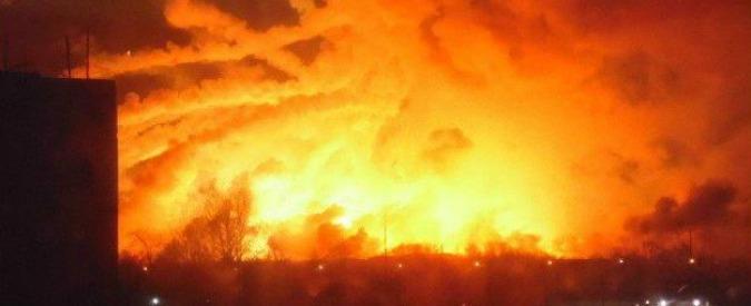 """Ucraina, esplode deposito di armi vicino al fronte con i separatisti russi: 20mila evacuati. L'esercito: """"Sabotaggio"""""""