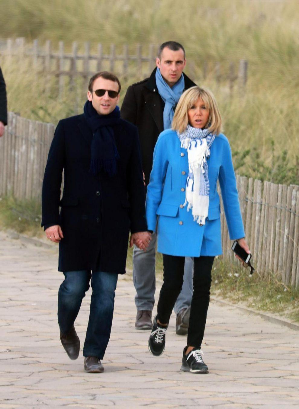 Emmanuel Macron con la moglie a passeggio per Le Touquet