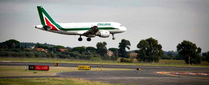 """Alitalia, gli aeroporti creditori mettono la compagnia in un angolo: """"O paghi le tasse o blocchiamo i voli"""""""