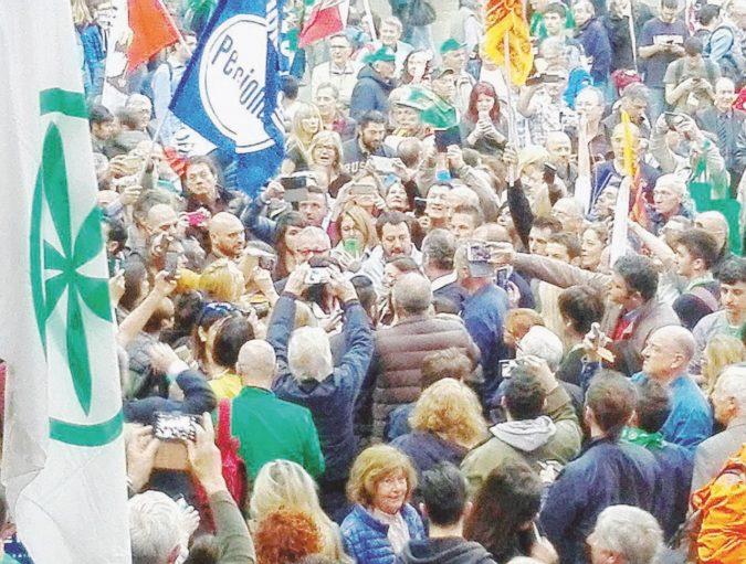 Salvini riunisce a Verona la Lega delle mille pistole