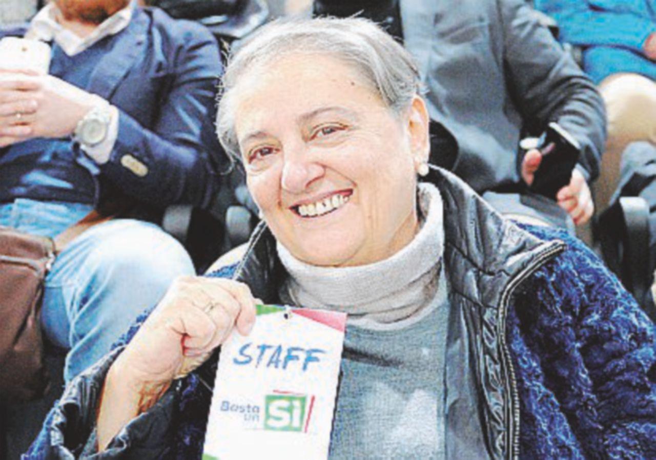 Celebrano la  vittoria del No: la sindaca del Pd lascia il palco