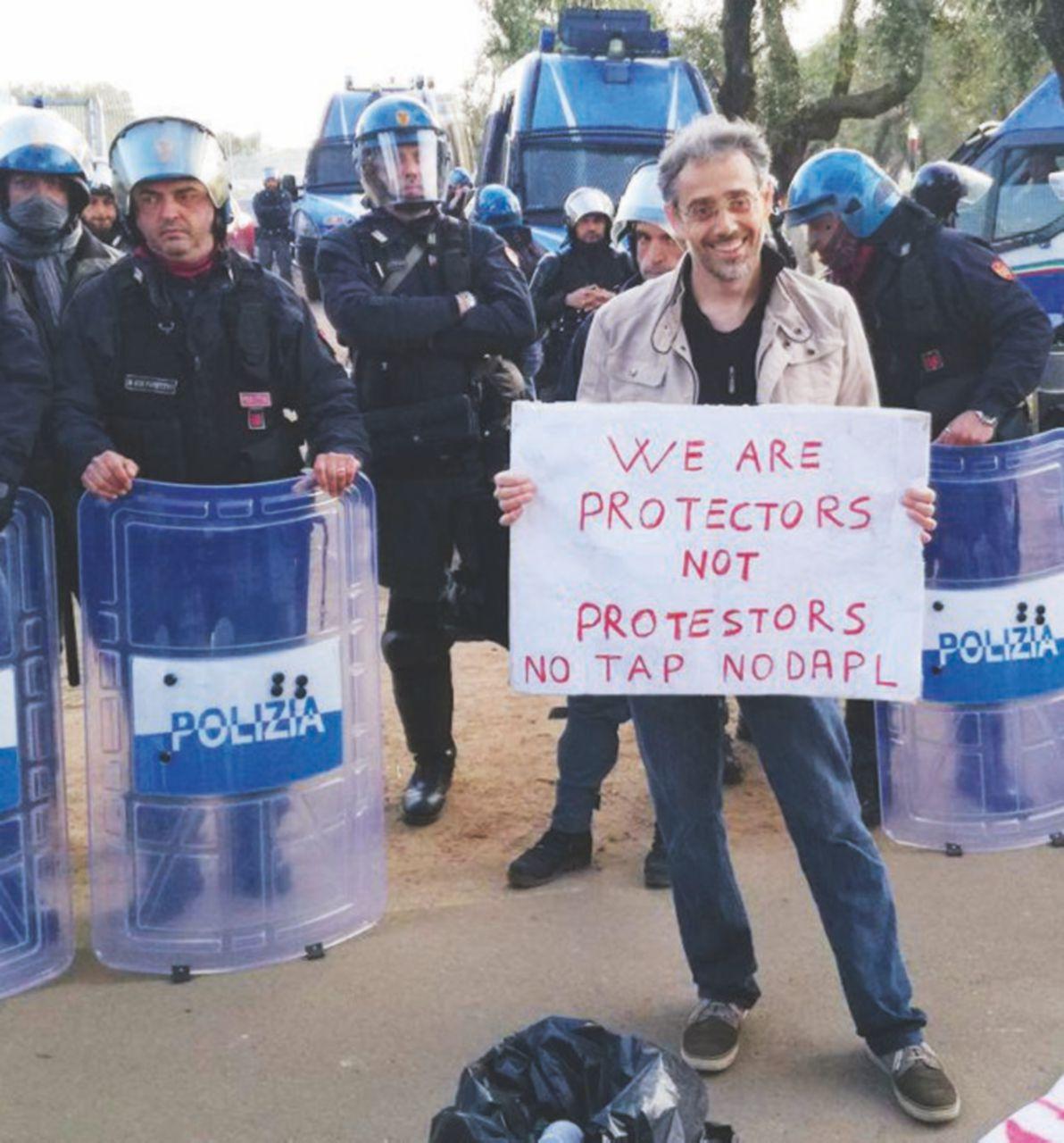 Tap, guerriglia nella notte: 300 agenti per undici ulivi