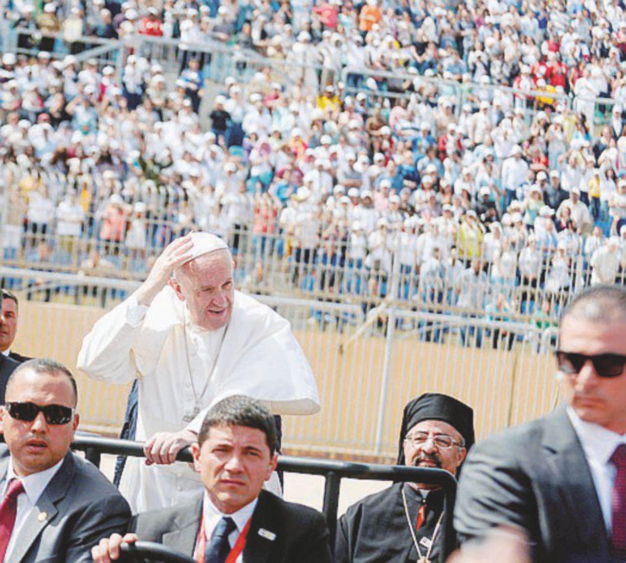 Egitto, baci e abbracci dal Papa. Regeni è ancora innominabile