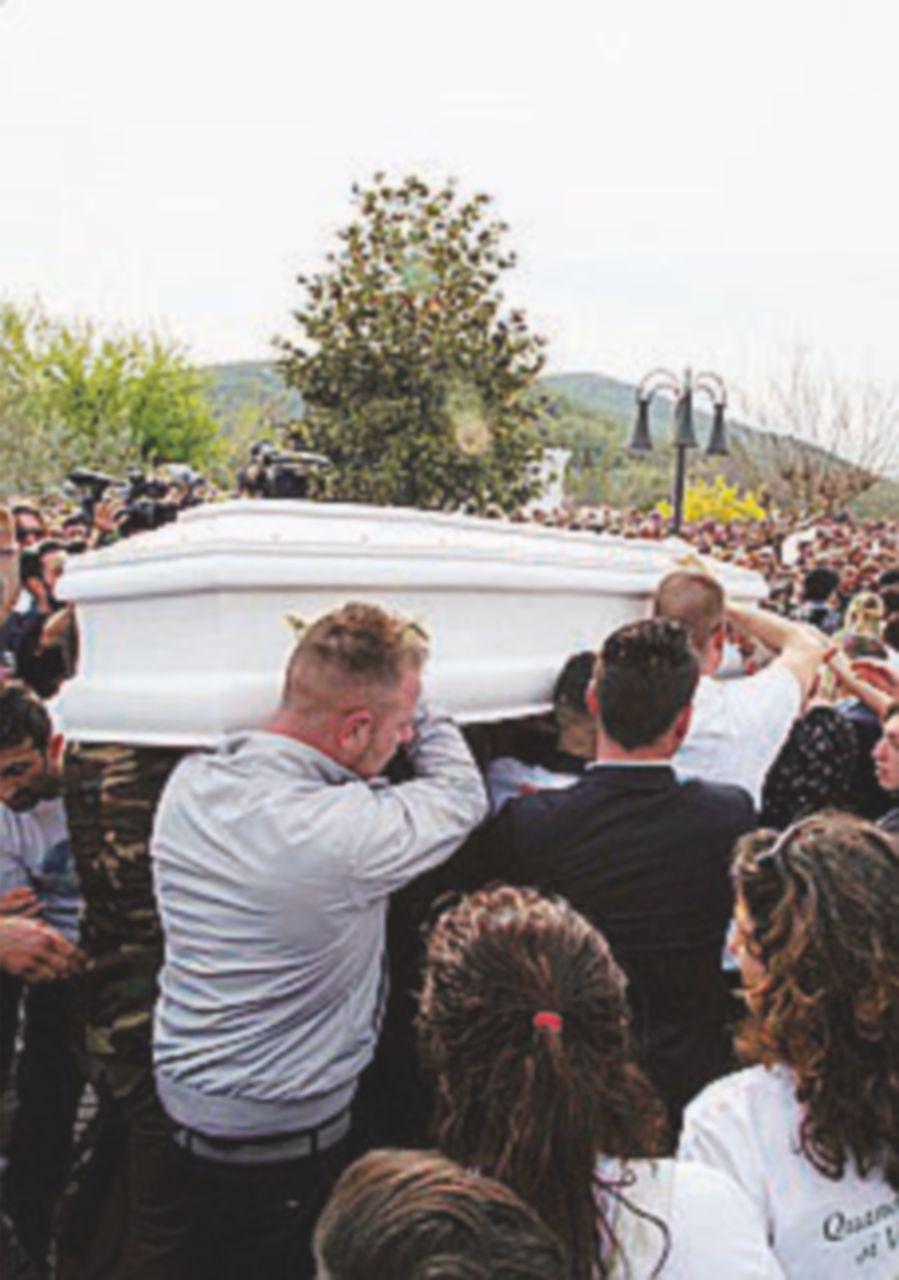 Addio a Emanuele tra tensione e rabbia: migliaia ad Alatri