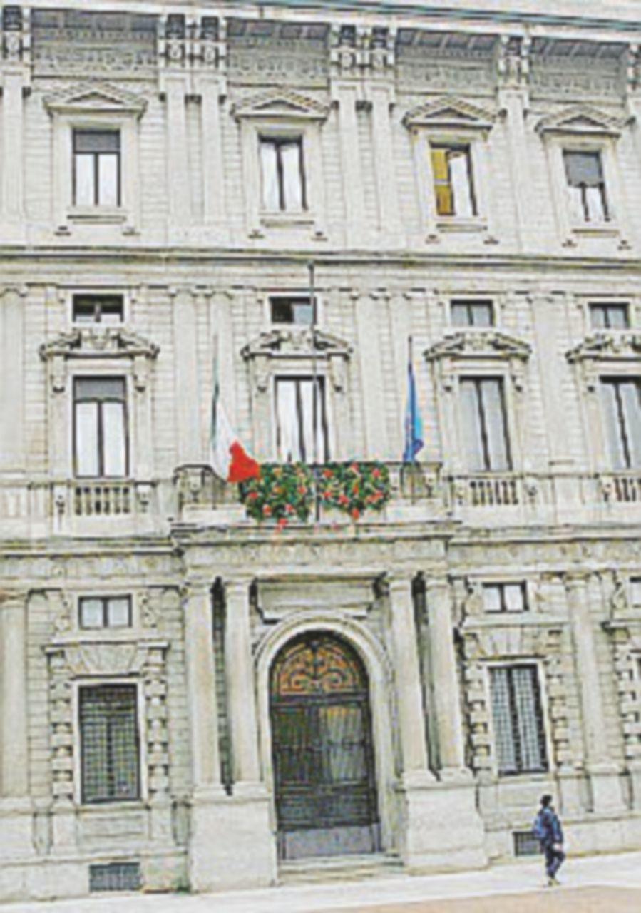 Milano, arrestati tre funzionari comunali: mazzette sulle scuole