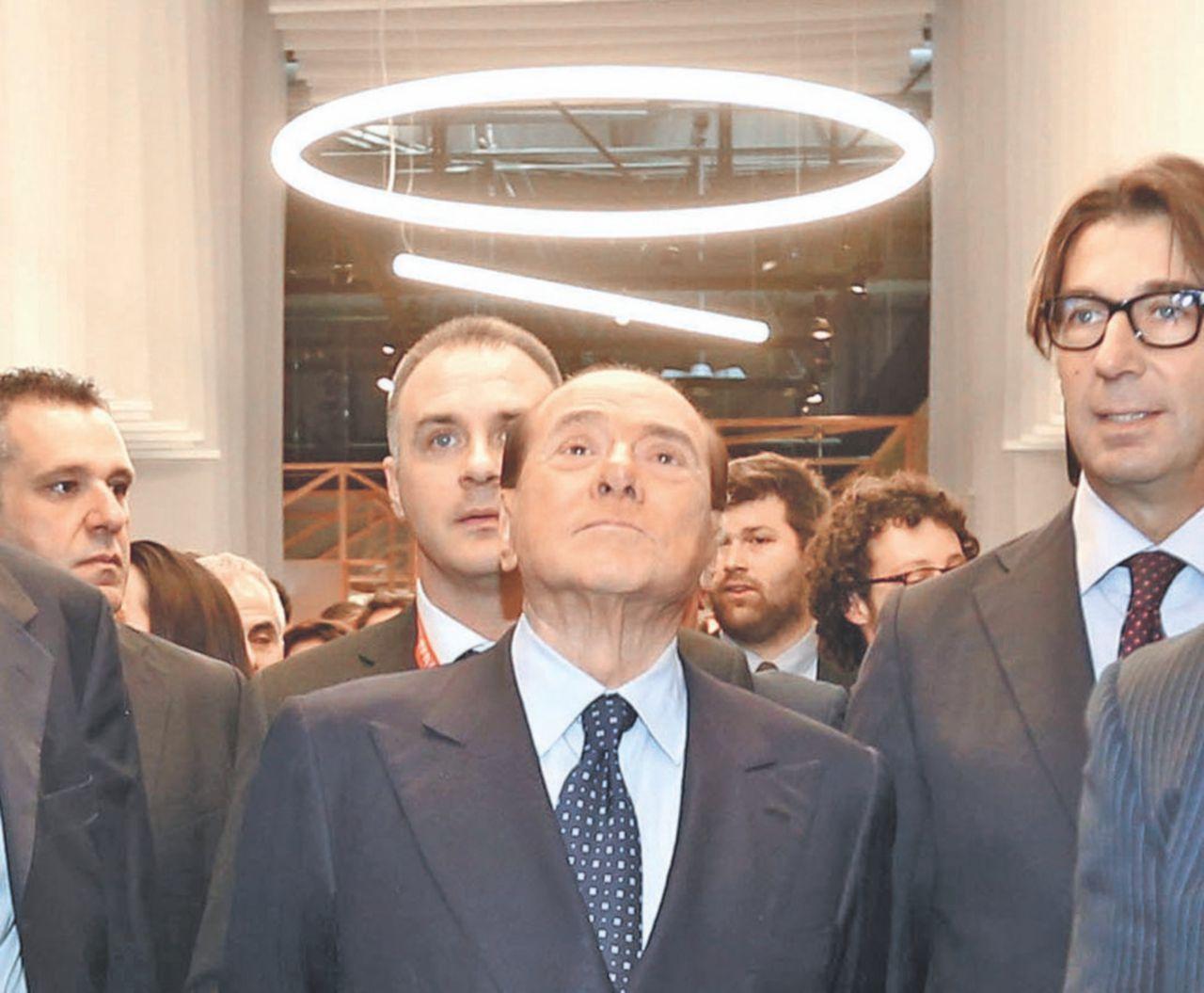 Berlusconi non pensa a Ruby e irrompe al Salone del mobile