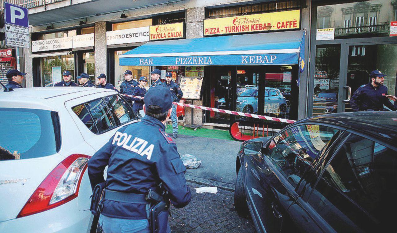 Milano, minaccia i passanti con coltelli: la polizia lo ferma sparandogli alle gambe