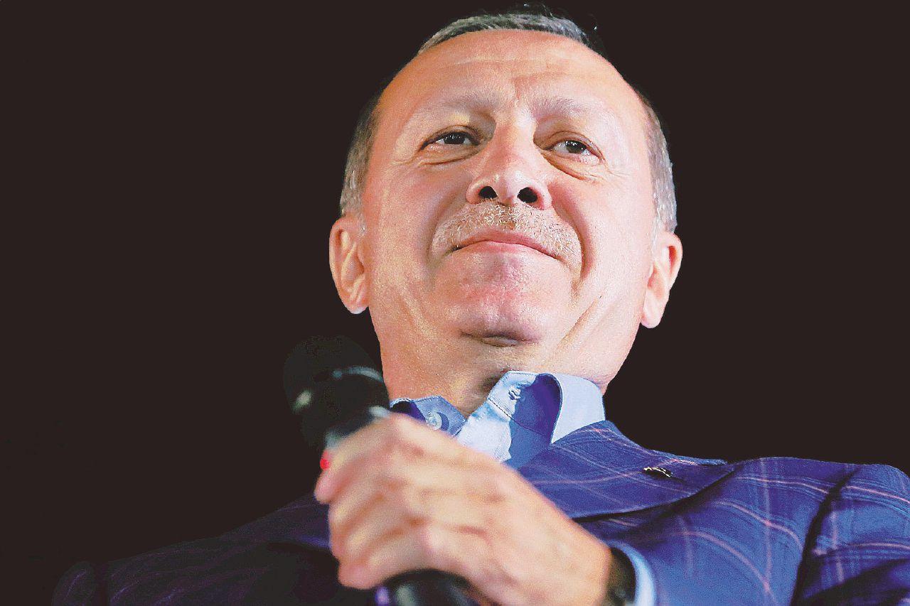 In Edicola sul Fatto Quotidiano del 18 aprile: Turchia – L'Osce contro il Sultano incoronato