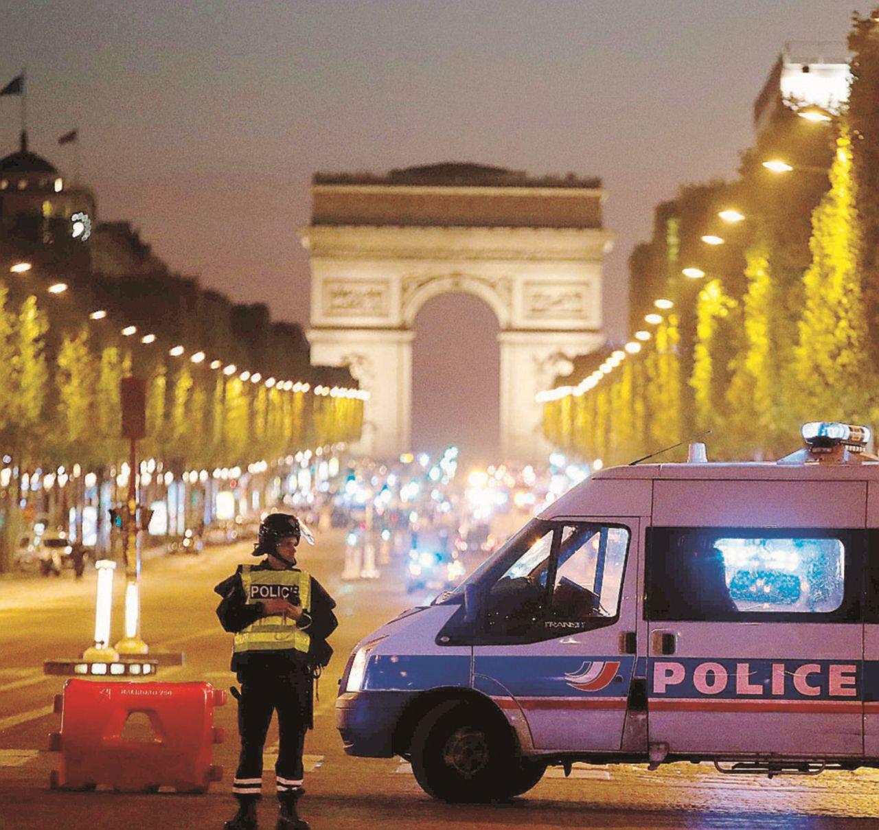 Spari nel cuore di Parigi, la paura domina le urne