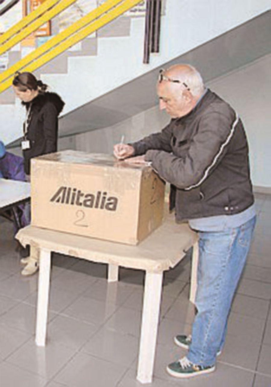 Alitalia, lavoratori al voto. Per Unicredit perdita di 500 milioni