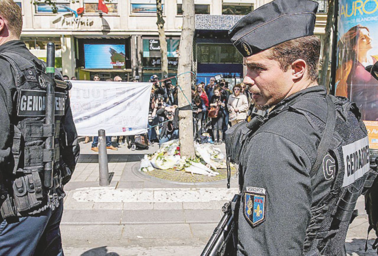 Fiori, fotografie e soste al caffè: vivere e morire sugli Champs-Élysées