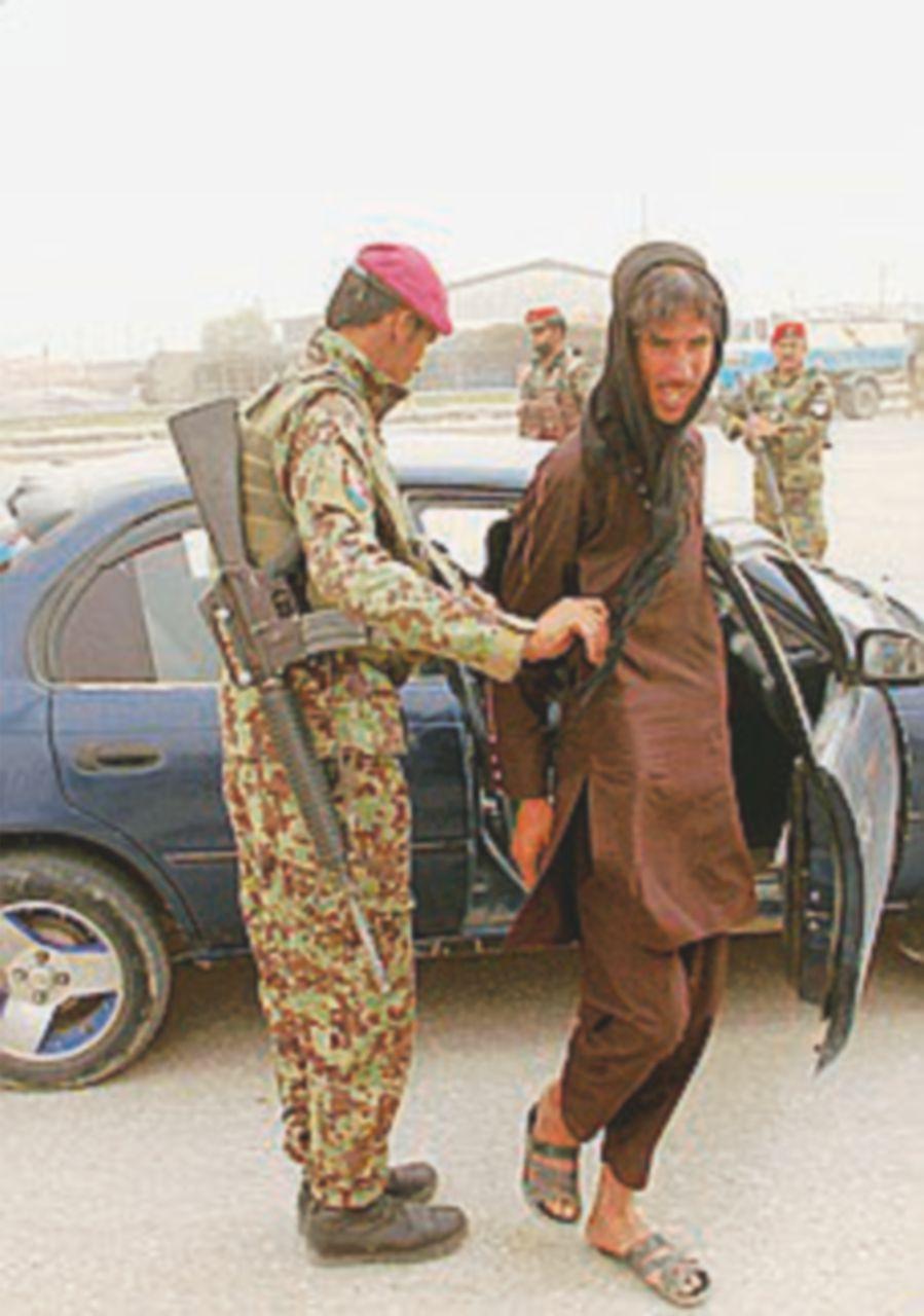 Talebani travestiti da militari uccidono 150 soldati in caserma