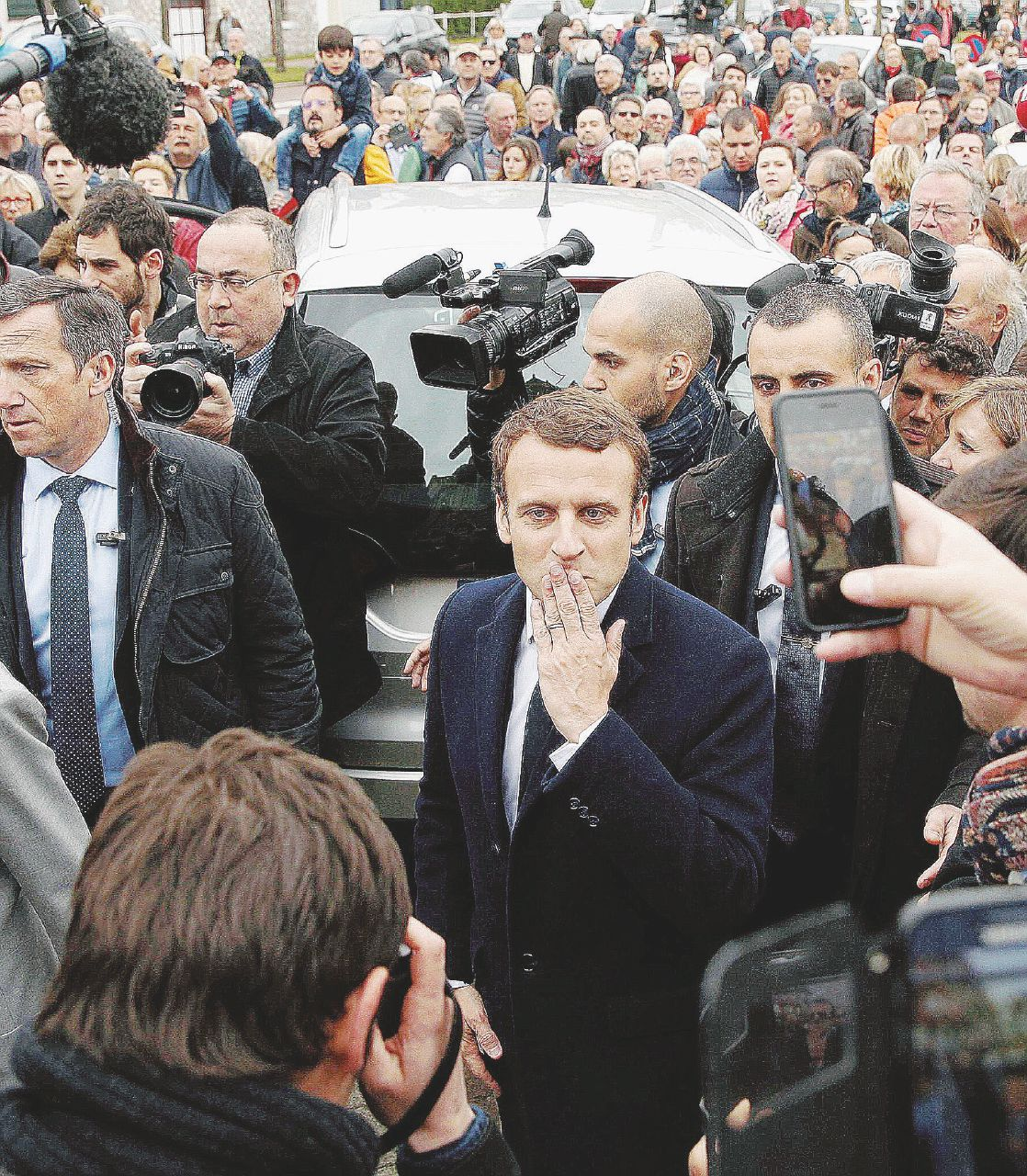 In Edicola sul Fatto Quotidiano del 24 aprile: Ghigliottinati i vecchi partiti. Francia – Il 39enne Macron (centrosinistra) al ballottaggio con Marine Le Pen (destra)
