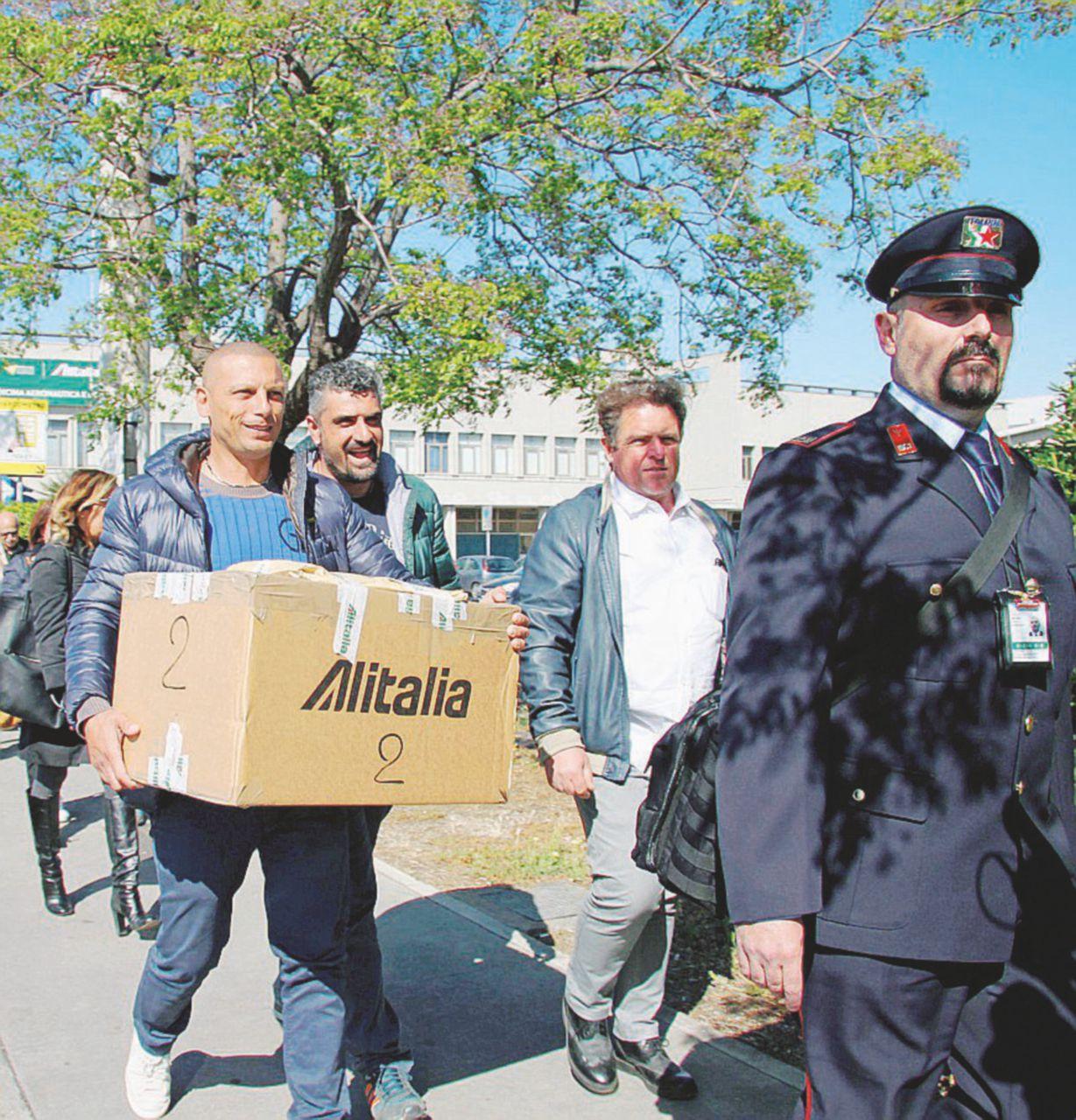 Alitalia, i lavoratori votano. E il piano finisce al macero