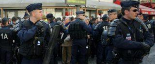 """Parigi, uomo minaccia agente con coltello: arrestato. 007: """"Polizia ai seggi"""""""