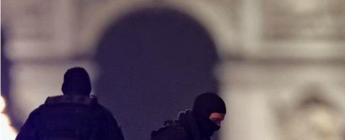 """Attentato Parigi, il terrorista fu arrestato a febbraio. Fermati 3 parenti. Procura: """"Agente ucciso con 2 colpi alla testa"""""""