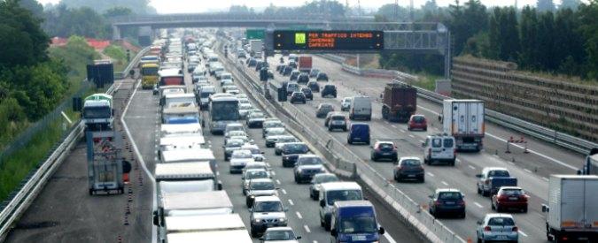 Livorno, tentano di attraversare l'autostrada ma vengono investiti da un furgone: due morti