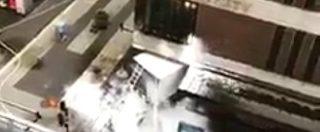 Attentato Stoccolma, il camion si schianta e prende fuoco davanti al centro commerciale