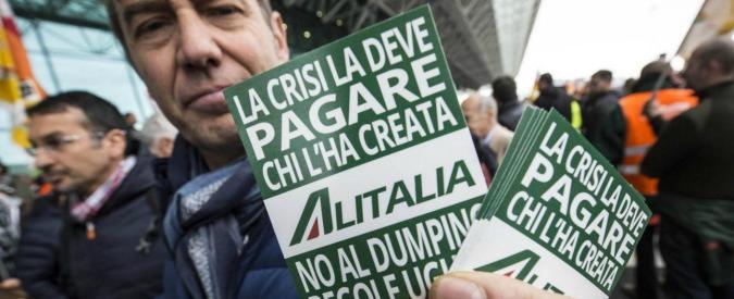 """Alitalia, sindacati: """"Nel bando per venderla nessun paletto a difesa dei lavoratori. Si tutelano solo le banche"""""""