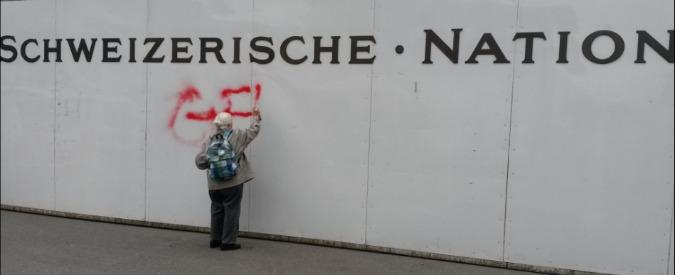 """Berna, writer 86enne fermata dalla polizia: aveva imbrattato il muro della banca: """"I soldi per le armi uccidono"""""""