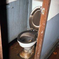 Un bagno poco distante al Salone DeLuxe: qualche parete è annerita, ma la plastica è integra