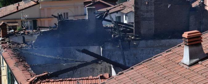 """Genova, morto il bambino lanciato dalla finestra per salvarlo da fumo e fiamme. Gli zii: """"Stavano per lasciare la casa"""""""