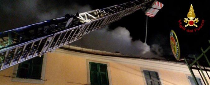 Genova, rogo in casa: famiglia si getta dalla finestra. Gravissimo il figlio di 7 anni