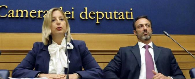 """Roma, crisi in un altro municipio M5s. Sfiduciata una consigliera: """"Non vota con il gruppo"""". Lei: """"Punita perché pro Raggi"""""""