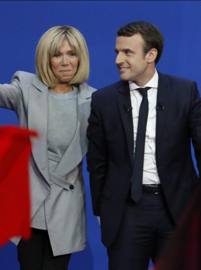 Macron e Brigitte impietriti davanti a una scena d'amore