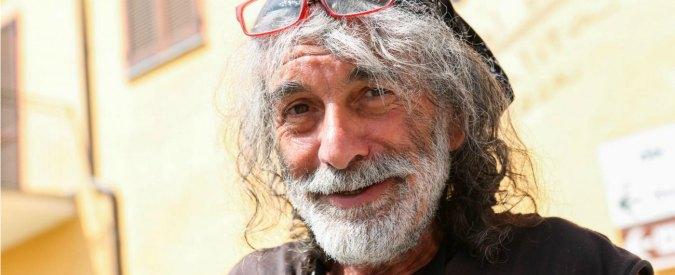 """Mauro Corona, vandali nello studio di Pordenone. Lo scrittore insegue i giovani con un'accetta: """"Li avrei ammazzati"""""""