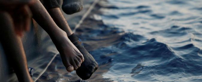 """Migranti, naufragio di un barcone al largo della Libia: """"Oltre 100 dispersi"""""""