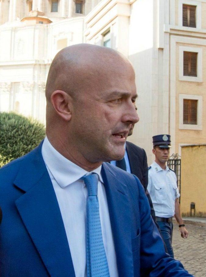 """Gianluigi Nuzzi porta in scena gli scandali del Vaticano: """"La verità supera la fantasia ed entra di prepotenza nel teatro"""""""