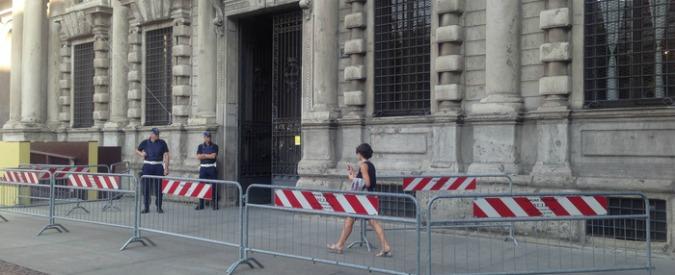 """Milano, arrestati 3 funzionari del Comune: """"Soldi, orologi di lusso e favori in cambio di lavori per stabilità scuole"""""""