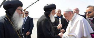 """Papa Francesco in Egitto incontra Al-Sisi. E abbraccia il grande Imam: """"Bisogna denunciare le violazioni dei diritti umani"""""""