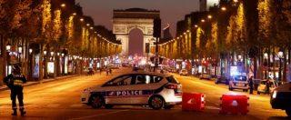 """Parigi, spari sugli Champs-Elysées: un poliziotto ucciso e due feriti. Morto l'aggressore: """"Noto agli 007"""". Isis rivendica"""