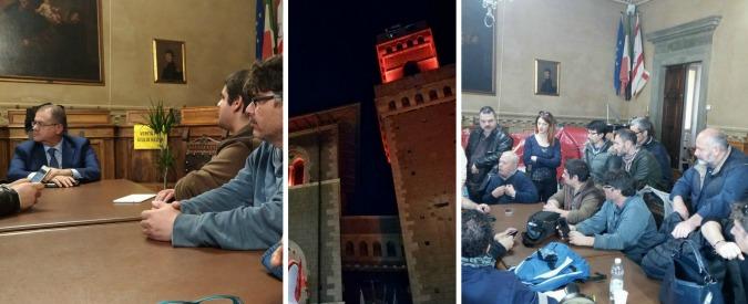 """Piombino, gli operai dell'ex Lucchini occupano il Comune. E il sindaco dorme con loro: """"L'acciaio ci scorre nelle vene"""""""