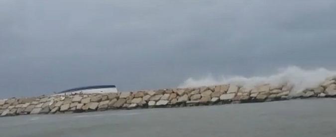 Rimini, il forte vento spinge la barca a vela contro gli scogli: quattro morti e due feriti gravi