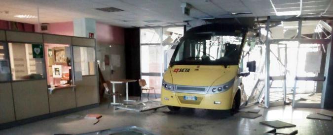 Carpi, fanno schiantare autobus rubati contro una scuola: 70mila euro di danni