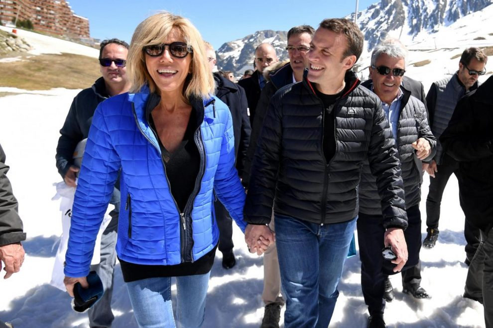 Emmanuel Macron con la moglie Brigitte Trogneux a Bagneres-de-Bigorre