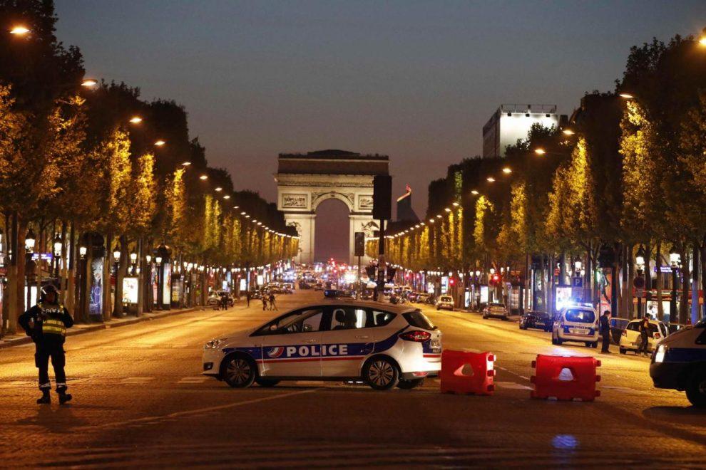 Parigi, spari sugli Champs-Elysées: un poliziotto ucciso e due ...