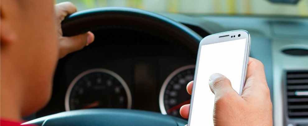 Smartphone alla guida, si va verso la sospensione immediata della patente