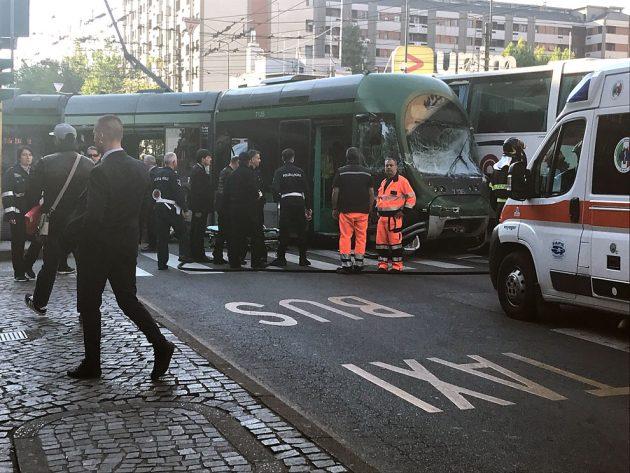 Milano    autobus passa col rosso e si scontra con un tram    il convoglio deraglia    12 feriti